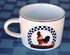 """Taza Century """"Remy"""" con el gallito con escaques azules por arriba y la bandera alemana por debajo / Vintage Remy Century Stoneware rooster mug/cup"""