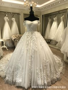 SLEEVELESS LUXURY WEDDING DRESS WEDDING DRESS  DRESS INCLUDE SHORT VEIL AND UNDERSKIRT  12 TO 20 WORKING DAYS DELIVERY DRESS IS CUSTOMIZE  FABRICS  ENGLISH NET  TULLE  PARCHES   SATIN  COTTON