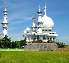 An amazing mosque on Madura Island. One of many to see on our Madura Island Tour.