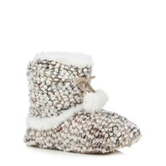 This Bobble knit bootie by Totes contains supersoft lining and cuff featuring a bobble mud guard and pom pom detail with a durable sole.