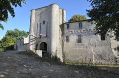 22- Château de Villneuve la Comtesse. - § VILLENEUVE LA CTESSE: *EN 1834, Marie-Anne de La Laurencie donne le château à sa petite-nièce Marie-Sophie Augier de Saint-André. *Vers 1840, le château est vendu aux ancêtres de l'actuel propriétaire de ce début du vingtième siècle. *En 1949, le château est inscrit aux Monuments Historiques. *A la fin du 20°s, le propriétaire restaure le château avec passion.