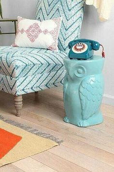 Pas ce modèle ni cette couleur mais un objet qui pourrait servir de table d'appoint. Owl Side Table and old phone and tiffany blue. All the things I want in my future house!