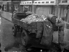 A compost collector with a horse-drawn wagon goes from door-to-door in Amsterdam to collect food scraps. Rotterdam, Utrecht, Robert Doisneau, Old Pictures, Old Photos, Retro Pictures, Nostalgia, Horse Drawn Wagon, Good Old Times