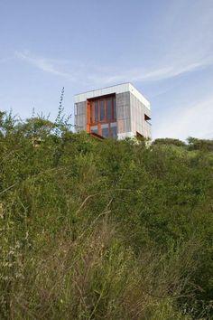Una cabina con balas de paja por AATA Arquitectos