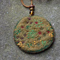 Felt pendant necklace 'Moss'