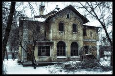 A ghost house found on the streets of Moscow. If you look closely there is something in the top window. Abandoned Property, Old Abandoned Houses, Abandoned Castles, Abandoned Buildings, Abandoned Places, Old Houses, Vintage Houses, Spooky Places, Haunted Places