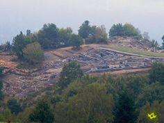 El castro de Chao Samartín se encuentra situado en un promontorio elevado sobre el río Cabalos, cercano al pueblecito de Castro, en el concejo de Grandas de Salime.