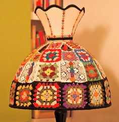 artist granny square lamp 16 Crochet Lamps That Will Shed a New Light on Your Space Lampe Crochet, Crochet Lampshade, Diy Lampshade, Shabby Chic Lamp Shades, Rustic Lamp Shades, Point Granny Au Crochet, Crochet Motif, Crochet Patterns, Crochet Art