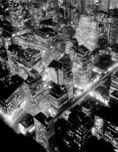 Vue de nuit, New York, 1932. Photo: Berenice Abbott. Épreuve gélatino-argentique. Commerce Gra- phics Ltd, Inc.