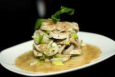 Ein wunderbarer Weißwurstsalat mit Schalotten, Frühlingszwiebeln und einer Vinaigrette mit süßem Senf.