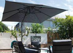 Kun haluat maisemaan sulautuvan aurinkovarjon, väri on tyylikäs harmaa. #aurinkovarjo #aurinkosuoja #tasalankaihdin