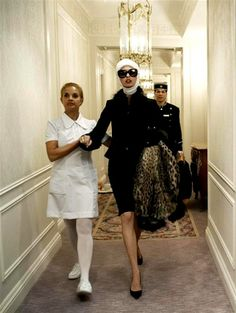 'Makeover Madness' Linda Evangelista photographed by Steven Meisel for Vogue Italia July 2005 Vogue Vintage, Capas Vintage Da Vogue, Vintage Vogue Covers, Film Vintage, Foto Fashion, Vogue Fashion, Fashion Art, Fashion Models, High Fashion