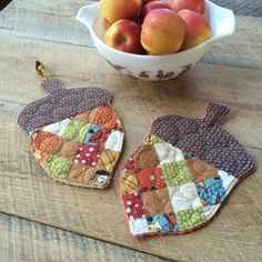 Most current Photo fall Sewing projects Popular Make a set of sweet acorn potholders to celebrate fall with this tutorial. A great scrap-busting p Mini Quilts, Quilt Patterns, Sewing Patterns, Potholder Patterns, Crochet Patterns, Quilted Potholders, Quilted Coasters, Fall Quilts, Fall Projects