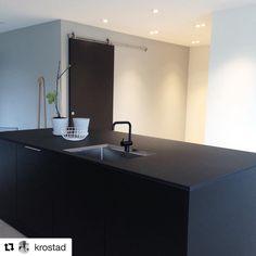 Black is the new white - også for dører Stiles, Matcha, Home Kitchens, Bathroom Lighting, New Homes, Doors, Mirror, Inspiration, Furniture