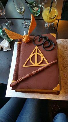 Gâteau Harry Potter Cake Grimoire fait en pâte à sucre Fondant Pages faites en crème au beurre, Harry Potter Torte, Harry Potter Bday, Harry Potter Birthday Cake, Harry Potter Food, Cupcakes, Cupcake Cakes, Cake Fondant, Fondant Rose, Fondant Baby