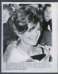 jacqueline lee bouvier kennedy onassis essay Pbs kids you choose is a kid-friendly website introducing children ages 6-8 to relevant, non-partisan democracy-related topics through interactive exploration and video collect trading cards jacqueline lee bouvier kennedy onassis.