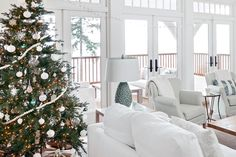 House tour: Simple and chic holiday cottage Winter Home Decor, Winter House, Holiday Decor, White Cottage, Cottage Style, Christmas In Australia, Christmas Home, White Christmas, Summer Christmas
