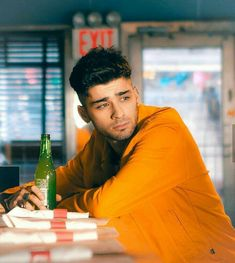 personal celebration and personal celebration planning Image may contain: 1 person, sitting and indoor. Zayn Mailk, Niall Horan, Liam Payne, Ex One Direction, Zayn Malik Photos, Louis Tomlinson, Bad Boys, Love Of My Life, Persona