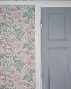 Hallway Wallpaper, Old Wallpaper, Love Your Home, My Dream Home, Morris Tapet, Swedish Cottage, Natural Homes, Cabin Homes, Interior Design Living Room