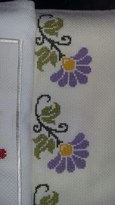 Really nice Cross-Stitch towel flower pattern. Cross Stitch Borders, Cross Stitch Flowers, Cross Stitch Charts, Cross Stitch Designs, Cross Stitching, Cross Stitch Patterns, Ribbon Embroidery, Cross Stitch Embroidery, Embroidery Designs