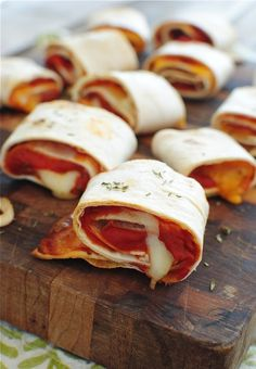 Easy Homemade Pizza Rolls Recipe Lunch and Snacks with tortillas, pizza sauce, string cheese, cheddar cheese, dried thyme Low Carb Recipes, Cooking Recipes, Pizza Recipes, Microwave Recipes, Picnic Recipes, Picnic Ideas, Picnic Foods, Drink Recipes, Cake Recipes