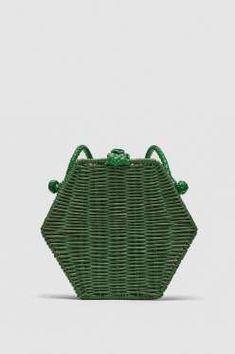 Bandolera hexagonal de mimbre, de Zara (22,95 €). - AR Revista