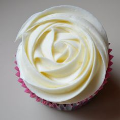 Chocolate Sour Cream Cupcakes With White Chocolate Cream Cheese Icing For Your Valentine White Chocolate Cream Cheese Frosting Recipe, Chocolate Icing Recipes, White Chocolate Buttercream, Whipped Cream Cheese, Chocolate Cupcakes, Pumpkin Roll Cake, Whipped Frosting, Poke Cakes, Layer Cakes