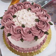 Perfeição! 😍🤩😊❣ . B Cake Decorating Frosting, Cake Decorating Designs, Creative Cake Decorating, Cake Decorating Videos, Cake Decorating Techniques, Creative Cakes, Cookie Decorating, Beautiful Birthday Cakes, Beautiful Cakes
