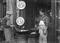 Napoli, fiera di San Giuseppe, venditori di zeppole Fondo Troncone  1932 Cool Hand Luke, Italian Life, Vintage Italy, Love And Lust, Photo Story, Vintage Photography, Family History, Adele, Roots