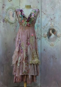 Fallen petals dress - long bohemian romantic dress, baroque inspired, , altered couture, would so get married in this! Gypsy Style, Bohemian Style, Boho Chic, Boho Gypsy, Bohemian Skirt, Bohemian Dresses, Boho Dress, Vintage Dresses, Vintage Outfits