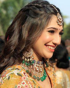 Lehenga Hairstyles, Wedding Hairstyles For Long Hair, Indian Hairstyles For Saree, Mehndi Hairstyles, Bridal Hair Buns, Bridal Hairdo, Diy Wedding Hair, Long Hair Wedding Styles, Front Hair Styles