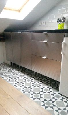 Tuile tages and peindre le papier peint on pinterest for Peindre des carreaux