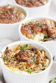 Ruokaisa peruna-pekonigratiini riittää ateriaksi sellaisenaan raikkaan salaatin kera. 1. Kuori ja viipaloi perunat. Poista purjon tummanvihreä… I Love Food, Good Food, Yummy Food, Food N, Food And Drink, Cooking Recipes, Healthy Recipes, Vegetable Recipes, Side Dishes