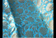 Ceci est une belle Banarasi pur brocart de soie tissu motif floral en Turquoise Bleu et Or. Le tissu illustrent roses sur fond bleu turquoise tissé. Vous pouvez utiliser ce tissu pour faire des...