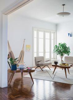 Um apartamento antigo no centro de São Paulo que segue uma decoração minimalista, com muito branco, espaços vazios e móveis vintage bem escolhidos.