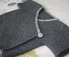 Ikke mønster. Men for en nydelig ide det er å kante genseren med skråbandskant i libertystoff og stofftrukket knapp.