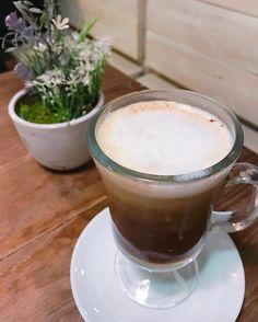 W i n t e r C o f f e e    Todo el mundo cree en algo.. Yo creo que tomaré otra taza de café  . Café chocolate y crema de leche.. Ah! Y buena compañía que eso lo mejora todo  Buenos días!