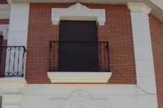 Recercado bara balccón y detalle de la pilastra con capitel dispuesta en sillares.