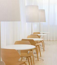 Alberga B-talon neuvotteluhuoneissa on erilaisia istuinryhmiä Meeting Rooms, Offices, Parks, Dining Chairs, Business, Furniture, Home Decor, Decoration Home, Room Decor