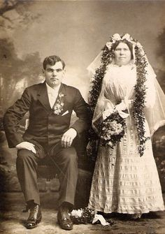 Wedding in Early Photography: 33 Lovely Photos of Just-Married Couples From the Century ~ vintage everyday Wedding Outfits, Wedding Wear, Wedding Gowns, Married Couples, Just Married, Bridal Pictures, Wedding Photos, Bridal Looks, Bridal Style