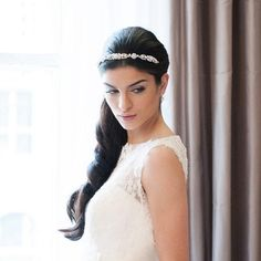 A simply yet stunning floral arrangement of lustrous pearls and sparkling Swarovski crystals, this delightful wedding headband will bring a touch of vintage gla