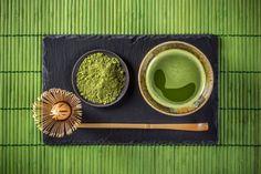 In Japan ist Matcha-Tee gang und gäbe. Es handelt sich dabei um ein Traditionsgetränk. Das grüne Getränkepulver besteht aus gemahlenen Grünteeblättern.