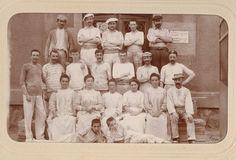 Cette photo a été prise en 1900 à l'usine Ahrendeldt à Limoges. Il s'agit ici de la fabrication. Ces hommes, ces femmes et ces enfants s'occupaient des activités de coulage et d'émaillage. Ils travaillaient la pâte à porcelaine en la versant dans les moules. Les hommes portaient une ceinture de soutien car ce sont eux qui soulevaient les lourds sacs de pâte à porcelaine. En bas, de jeunes enfants étaient déjà au travail.
