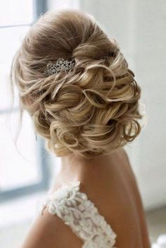 Couples that are getting married in the spring are already preparing for the weddings, and today I'd like to inspire spring brides with gorgeous hairstyles.