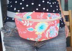 I ride my bike a lot. And I like to have my arms free, while keeping my valuables close to me (instead of having them in my bike basket). So I decided it's time to bring the fannypack back into styl Easy Sewing Projects, Sewing Tutorials, Sewing Crafts, Sewing Patterns, Fanny Pack Pattern, Hip Bag, Diy Clothing, Zipper Bags, Small Bags