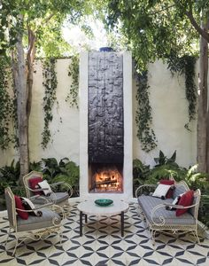 10 Ideas to Get the Groovy L. Look, from a Top Garden Designer - Gardenista Adjacent to the dining area is a seating area with a fireplace. Photograph by Matthew Williams for Gardenista. Outdoor Seating Areas, Outdoor Rooms, Outdoor Gardens, Outdoor Living, Outdoor Decor, Outdoor Patios, Outdoor Kitchens, Small Courtyard Gardens, Back Patio