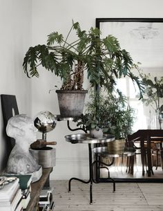 Tour an Awe-Inspiring Eclectic Home in Sweden - Nordic Design Plantas Indoor, Rue Verte, Decoracion Vintage Chic, Deco Studio, Sweet Home, Interior Styling, Interior Design, Decoration Plante, Balcony Decoration
