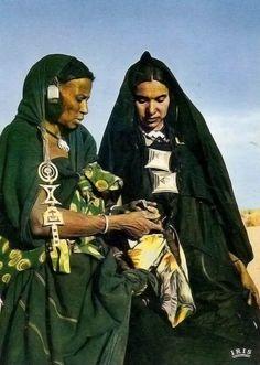 Africa | Tuareg woman.  Tilemsi valley region, Mali | Scanned postcard image, published by IRIS