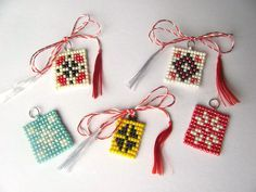 Imagini pentru video confectionat buburuze din margele Home Crafts, Diy And Crafts, Crafts For Kids, Beaded Jewelry Patterns, Beading Patterns, Bracelet Crafts, Beaded Bracelets, Christmas Crafts, Christmas Ornaments