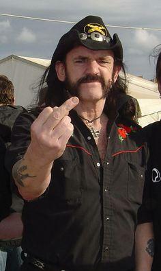 Lemmy   Kilmster   tipico  atteggiamento di chi  te lo manda in quel  posto !! ahahahahah   ^ _ ^  Motorhead